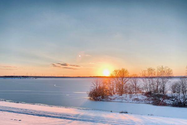 Untergehende Sonne in Winterlandschaft
